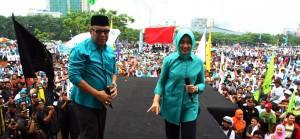 Pasangan Calon (paslon) Walikota dan Wakil Walikota Tangerang Selatan Airin Rachmy Diani (tengah) dan Benyamin Davnie (kiri) bernyanyi bersama vokalis group band Radja Ian Kasela (kanan) dihadapan ribuan pendukungnya pada kampanye terbuka di Serpong, Tange